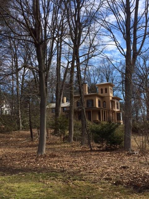 Amherst. Derrière les arbres, la maison d'Emily Dickinson