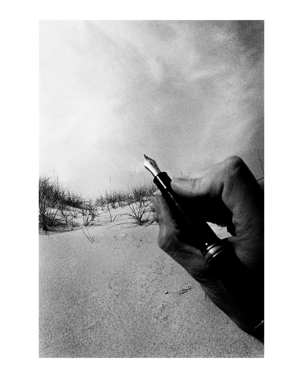 Ralph_Gibson Hand holding pen_final copie