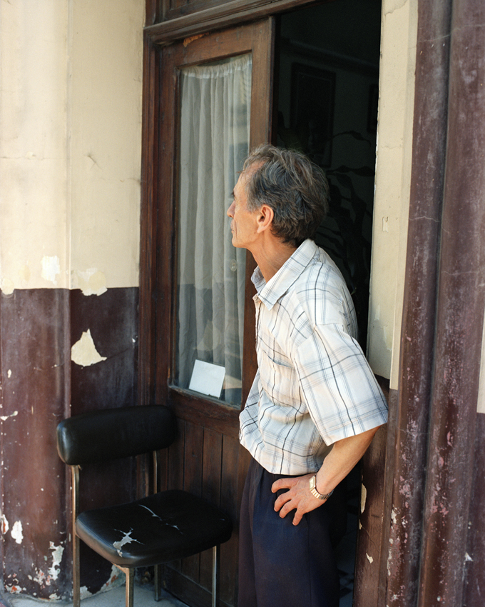 Tanger, Maroc. 2015Coiffeur pour hommes devant sa boutique
