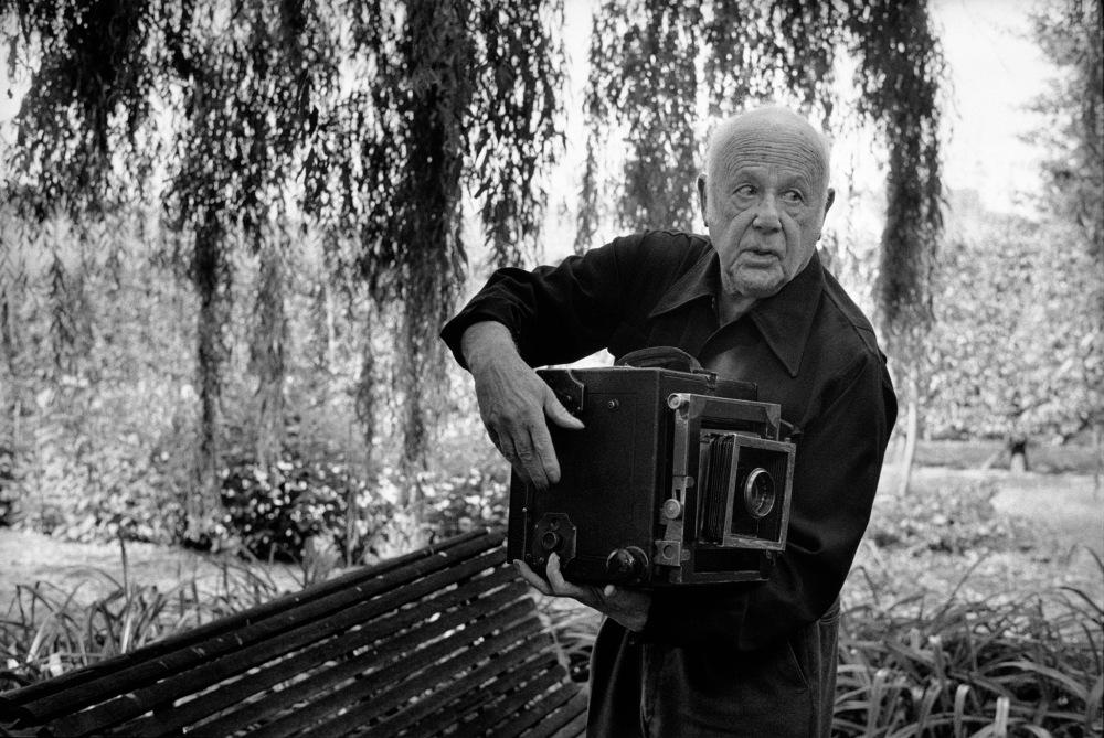 © Martine Franck _ Magnum Photos, Paul Strand dans le jardin de sa maison, Orgeval, 1972