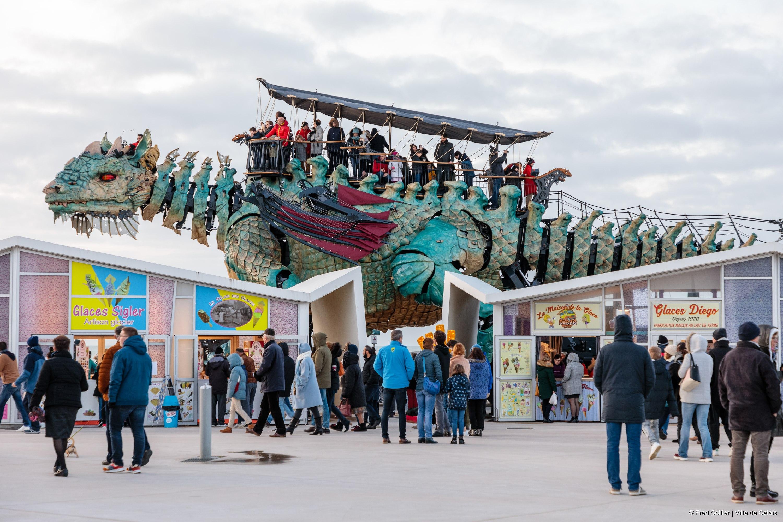 Le Dragon transportant 50 voyageurs sur le front de mer (c) Fred Collier Ville de Calais