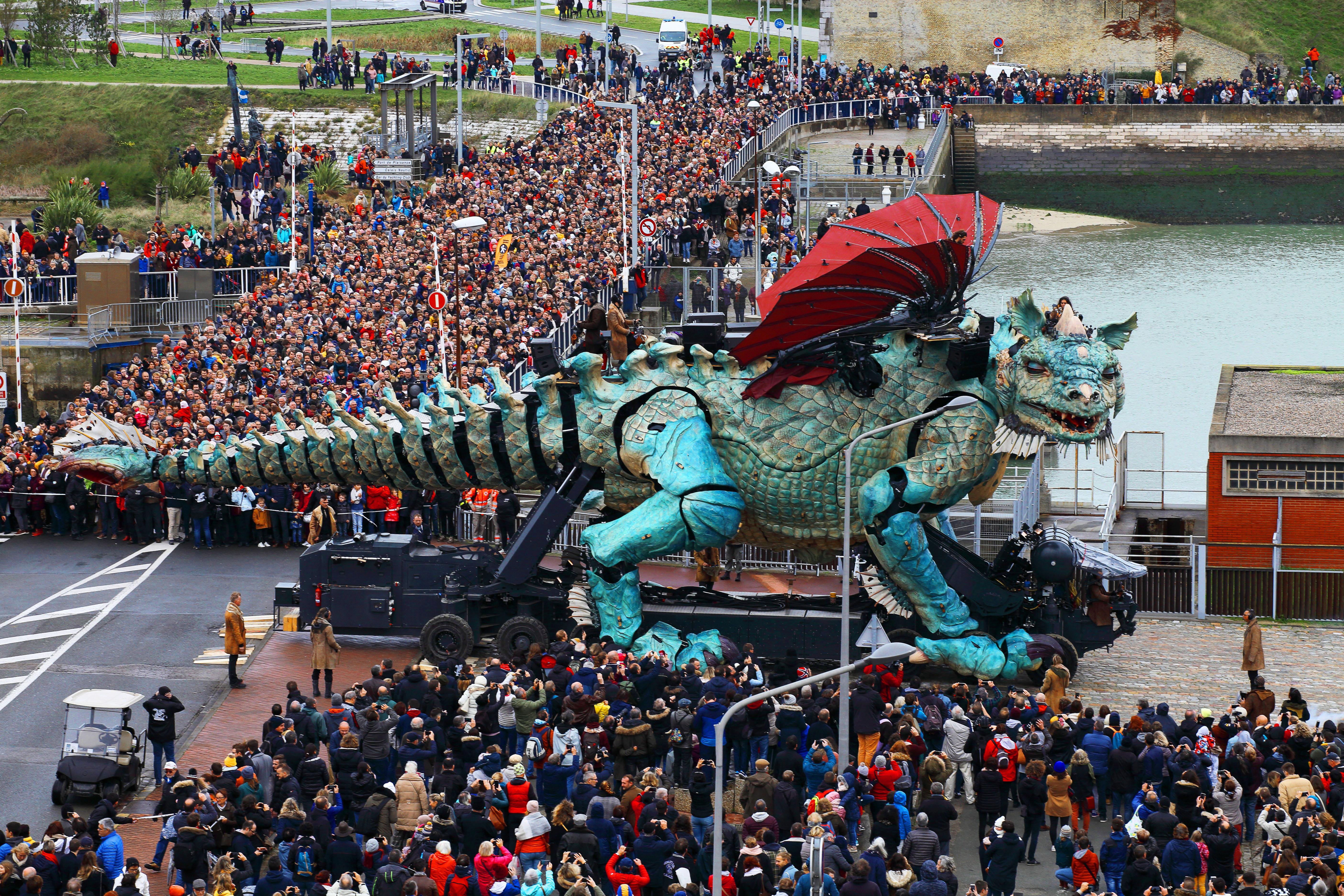 Premier jour du spectacle inaugural_le Dragon entre dans la ville (c) Jordi Bover