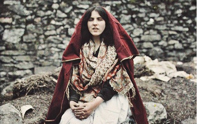 838_cropped_mi-red-cape-claddagh-galway-marguerite-mespoulet-and-madeleine-mignon-alba