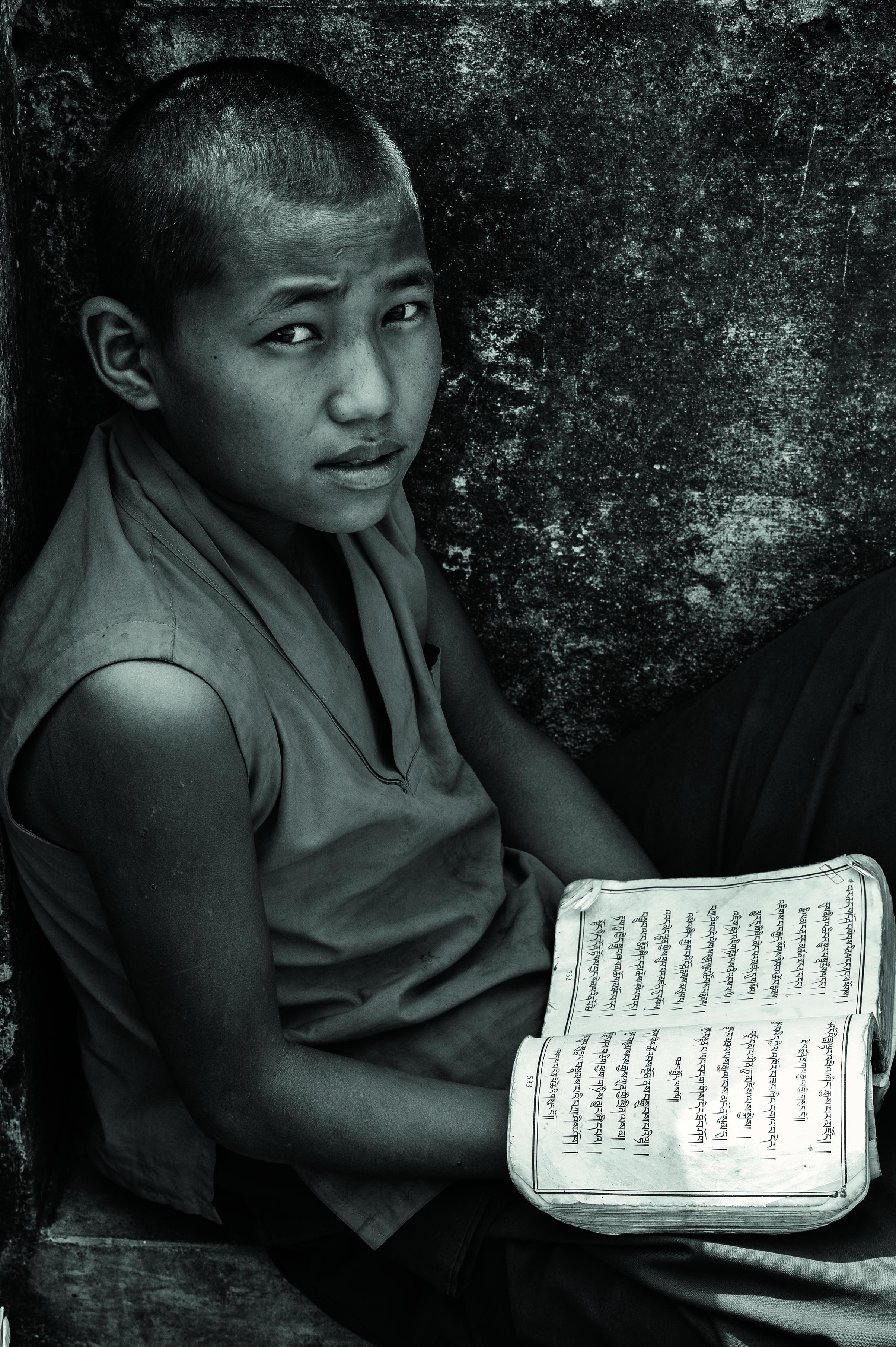Novice et le livre sacre╠ü be╠ürokyentse╠ü Ne╠üpal 2013 Isabelle Garcia-Chopin ┬®-2