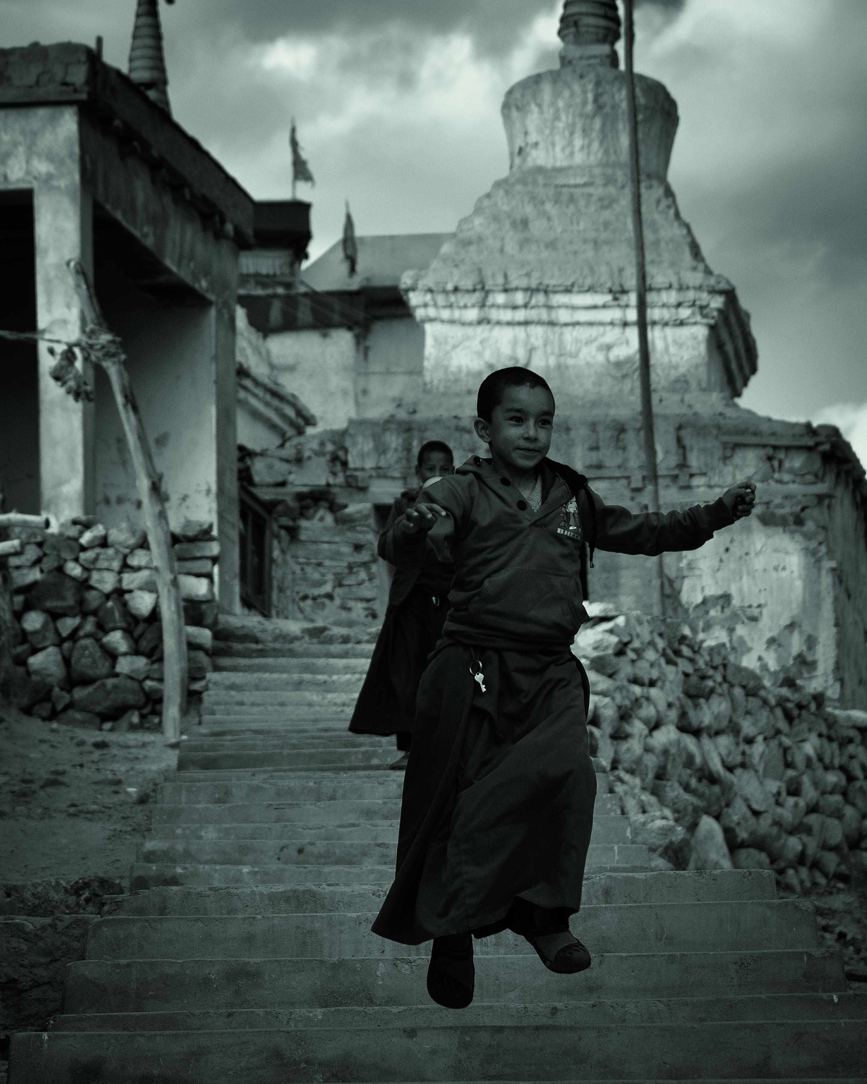 Novice sautant les marches du monaste╠Çre Phyang Ladakh 2014-Isabelle Garcia-Chopin ┬®
