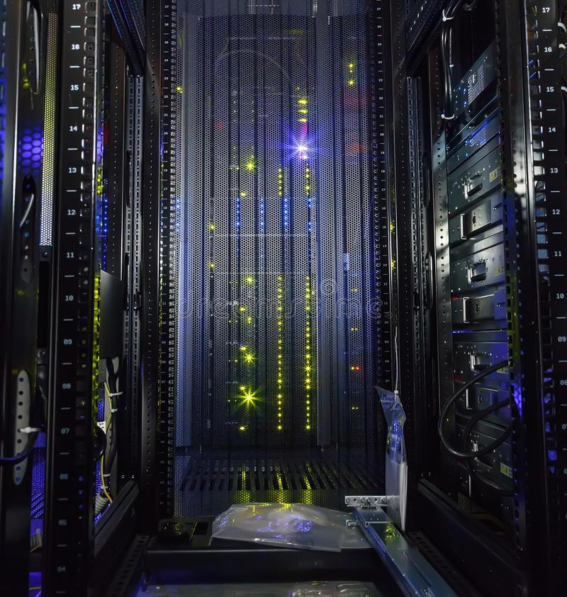 vue-intérieure-de-centre-de-traitement-des-données-moderne-d-ordinateur-géant-de-support-vide-76325088