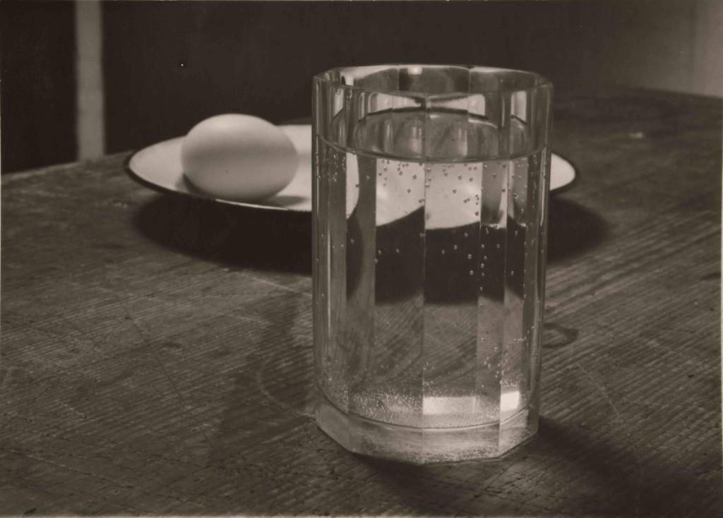 josef-sudek-composition-oeuf-assiette-verre-1950-1954-binochz-and-giquello-drouot